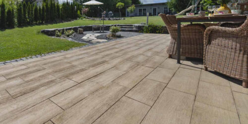 """Die Terrassenplatte """"Log-Plank"""" erinnert an klassische Dielenböden. Foto: Kann"""