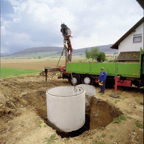Mit einem Regenwasserspeicher kann man viel Trinkwasser sparen. Foto: Mall