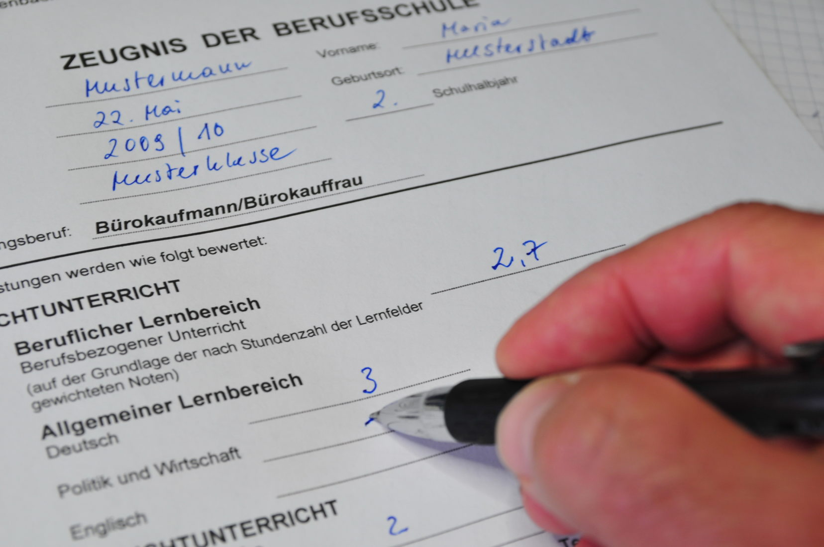 Bei der dualen Berufsausbildung drücken die Azubis auch weiterhin die Schulbank. Foto: Dr. Klaus-Uwe Gerhardt / www.pixelio.de