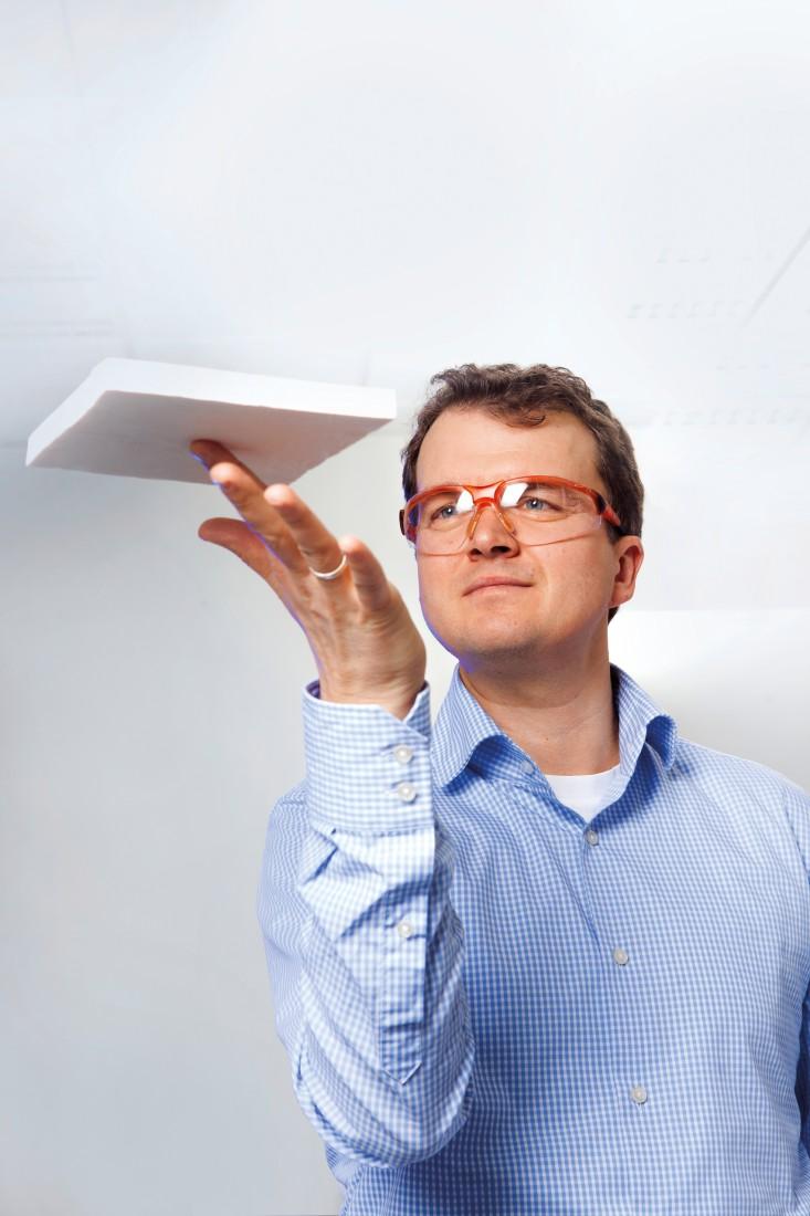 BASF-Laborleiter Dr. Marc Fricke mit einem Muster des neuen Dämmstoffs.