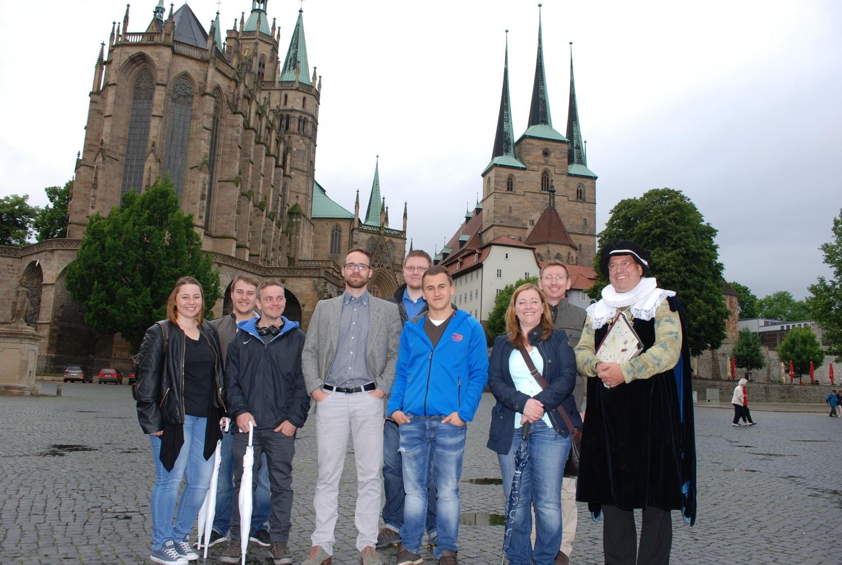 Die Gewinner der VIP-Reise (vorne, 1.–5.v.l.) mit Organisatoren und Stadtführer in Erfurt.