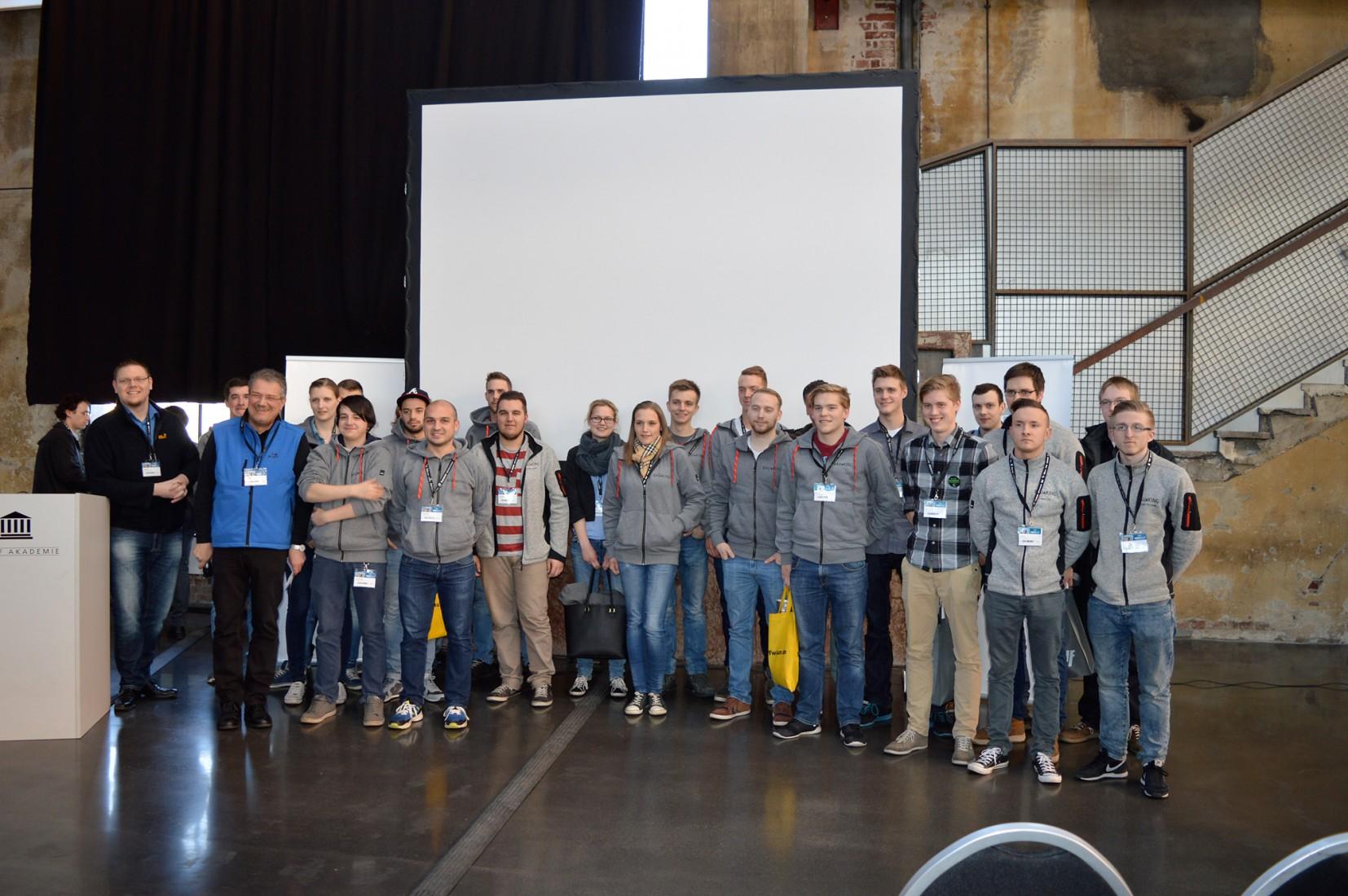 Gruppenfoto aller Teilnehmer/-innen am Azubi-Tag auf den Knauf Werktagen in Düsseldorf. Foto: Redaktion/-ts