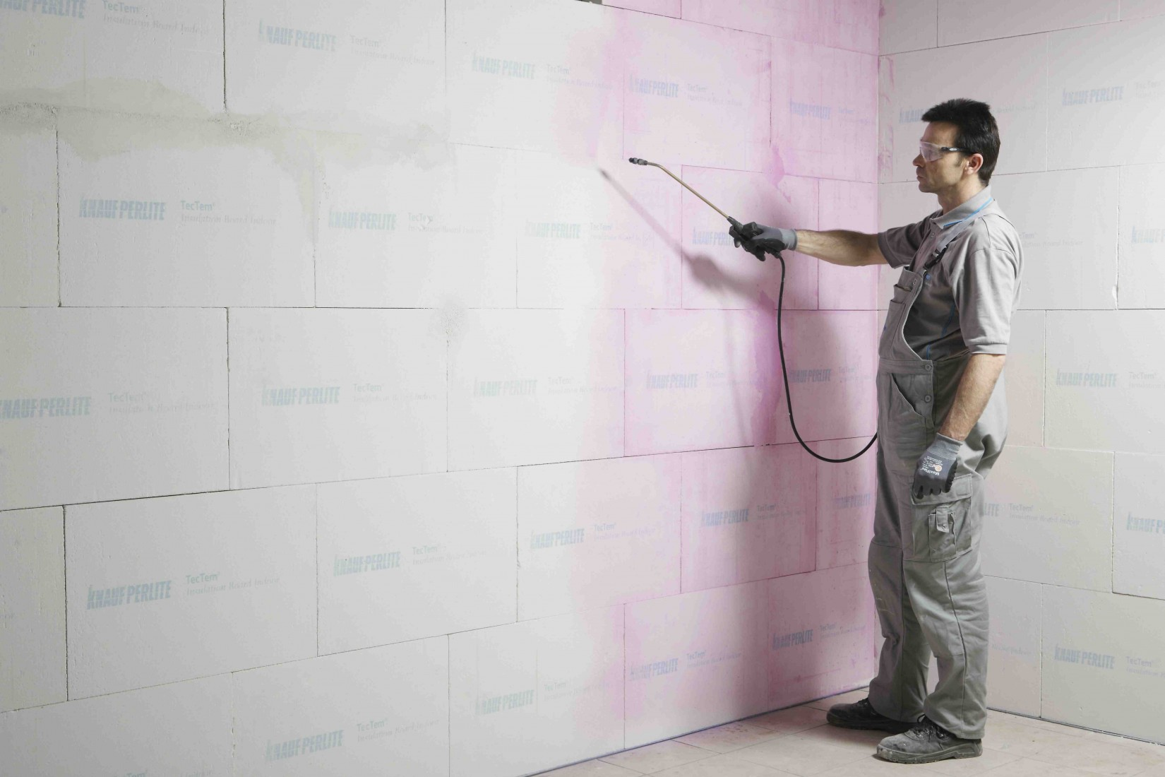 Grundierung auf der Wand zur Reduzierung der Saugfähigkeit
