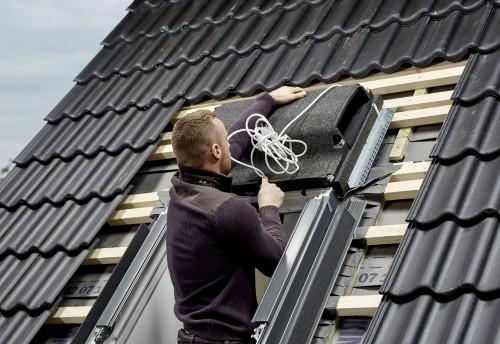 Dachdecker montiert ein Dachfenster