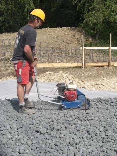 Verdichten von Glasschaumschotter als Dämmung unter einer Bodenplatte. Foto: Geocell Schaumglas GmbH