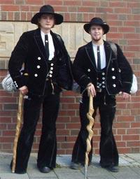 Wandergesellen haben eine lange Tradition, die bis ins späte Mittelalter zurück reicht. Man erkennt sie an ihrer auffälligen Kleidung.