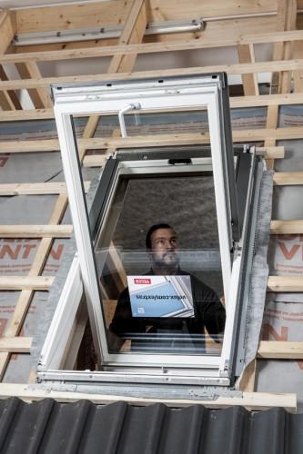 Dachfenstereinbau. Foto: Velux