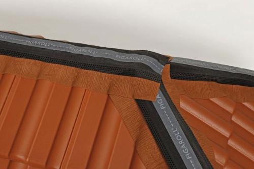 First- und Gratrollen kommen überall dort zum Einsatz, wo zwei Dachflächen aneinanderstoßen. Foto: Monier Braas