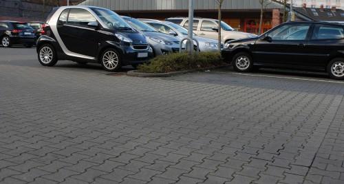 Verbundpflastersteine werden häufig auf Parkplätzen verlegt. Fotos: Grimm