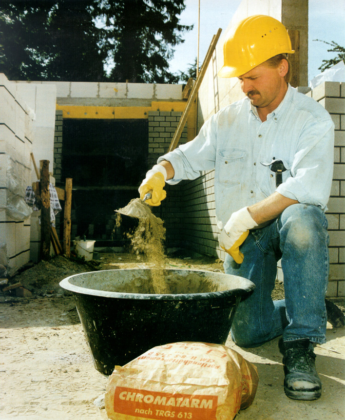 Der Umgang mit Zement kann zu Hautverätzungen führen. Foto: BG Bau