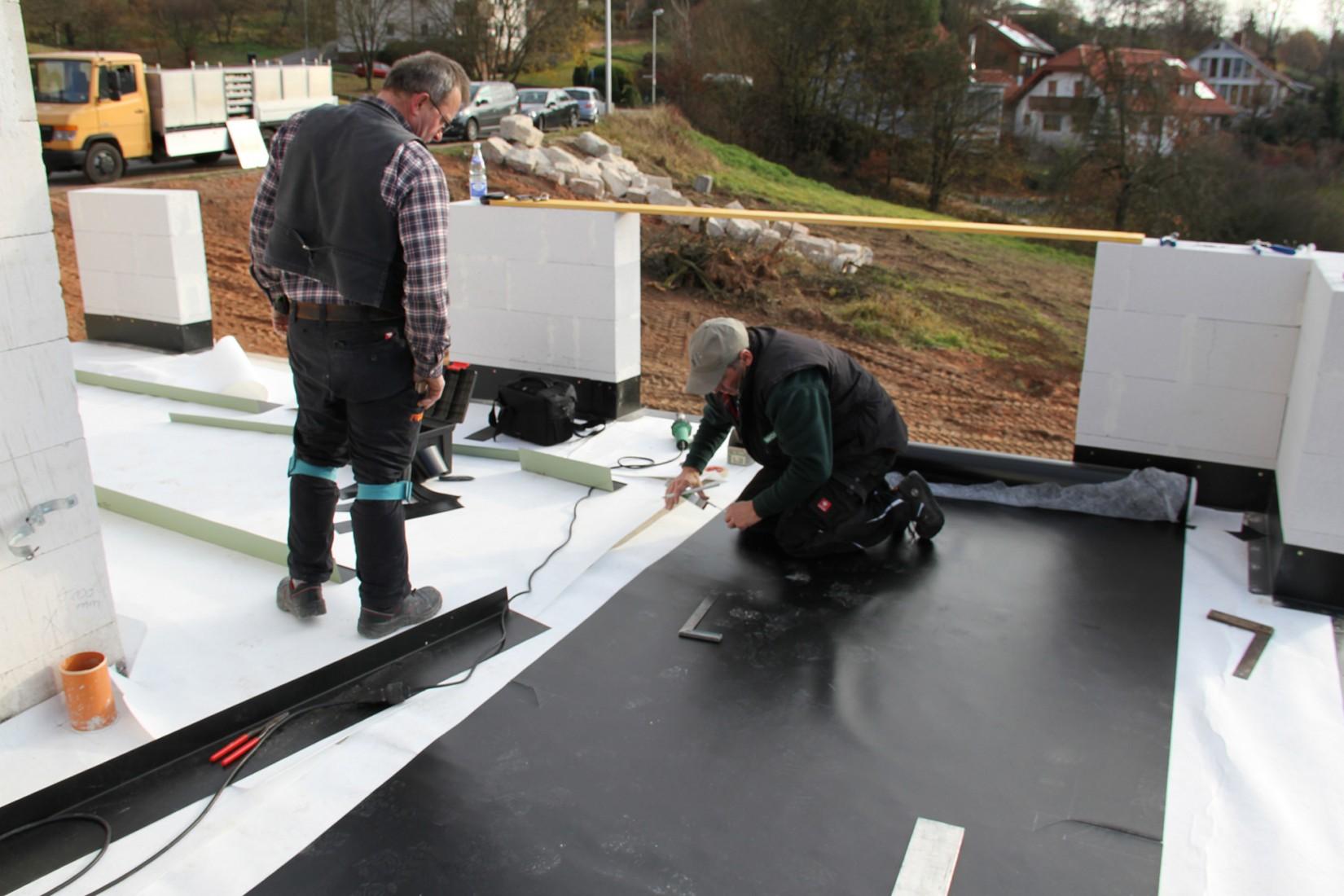 Einlagige Verlegung: Kunststoffdachbahnen auf dem Flachdach. Fotos: Wolfin Bautechnik