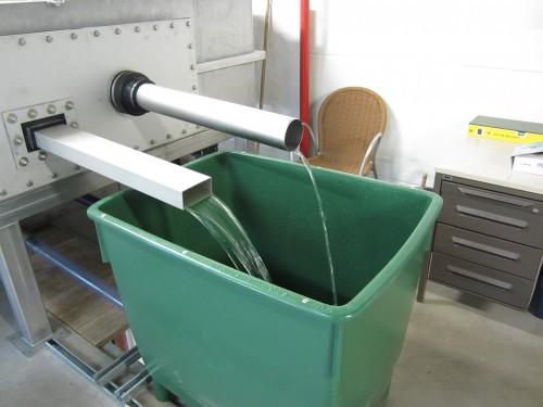 Laborversuch: Das rechteckige Gully-Ablaufrohr bringt eine deutlich höhere Leistung.