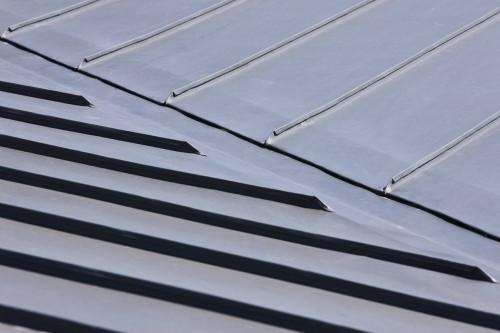 Doppelstehfalzbleche im Dachbereich. Foto: Rheinzink