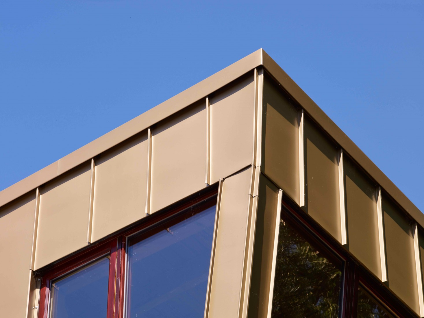 Winkelstehfalzbleche an der Fassade. Foto: Rheinzink