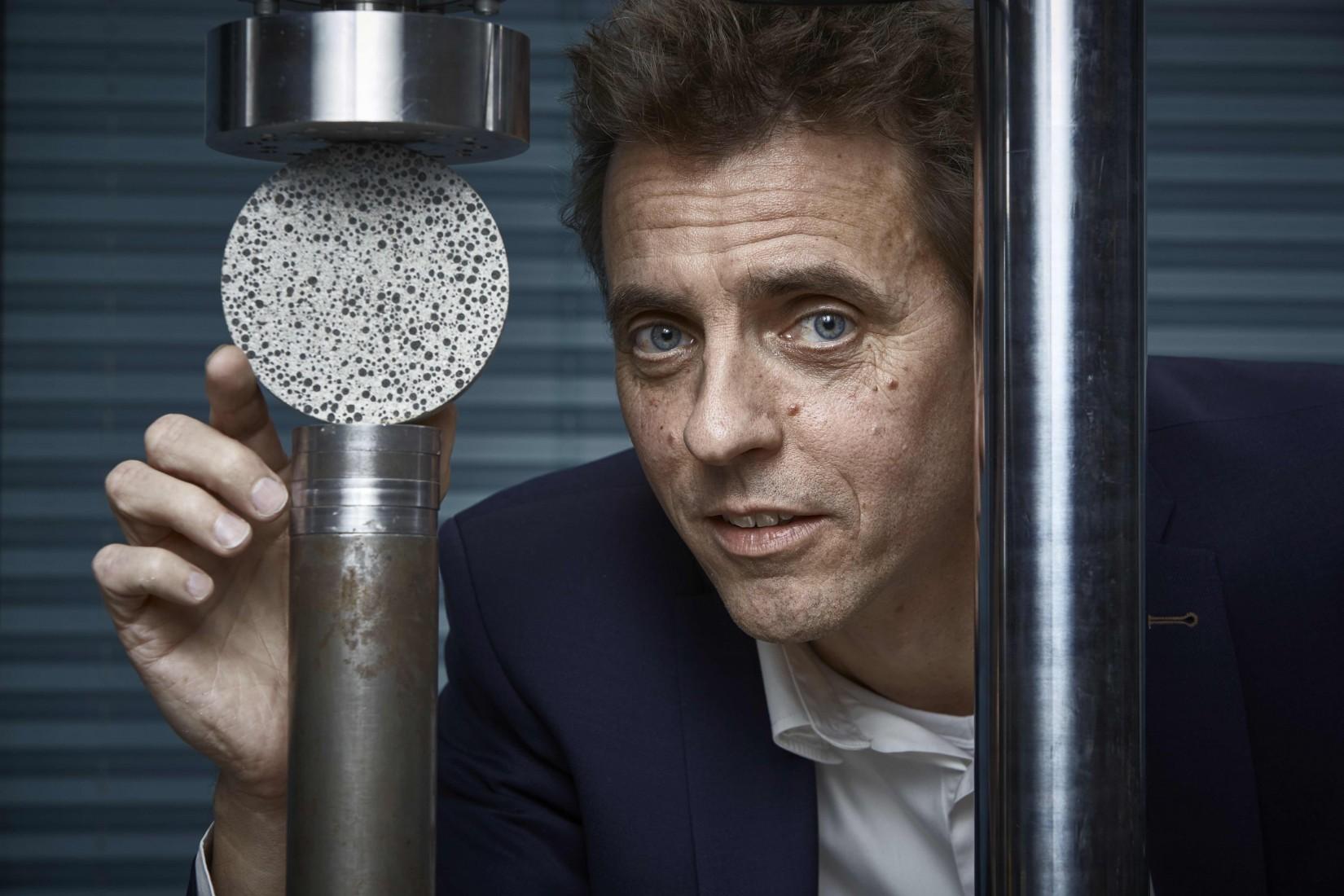 Erfinder Hendrik Jonkers mit einer Probe seines selbstheilenden Betons. Foto: Europäisches Patentamt