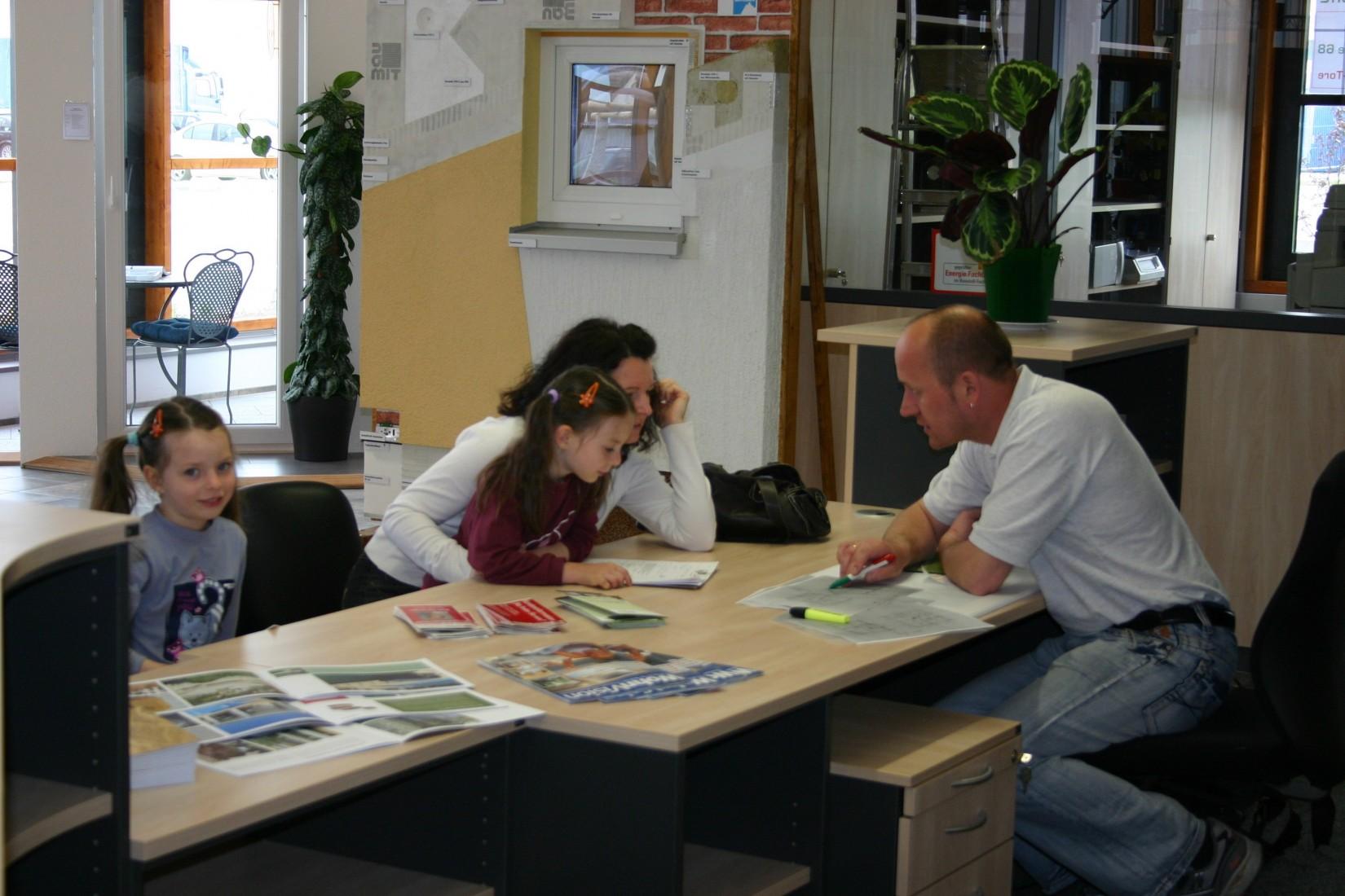 Energiefachberater bei der Privatkundenberatung im Baustoff-Fachhandel Bolay. Foto: Grimm