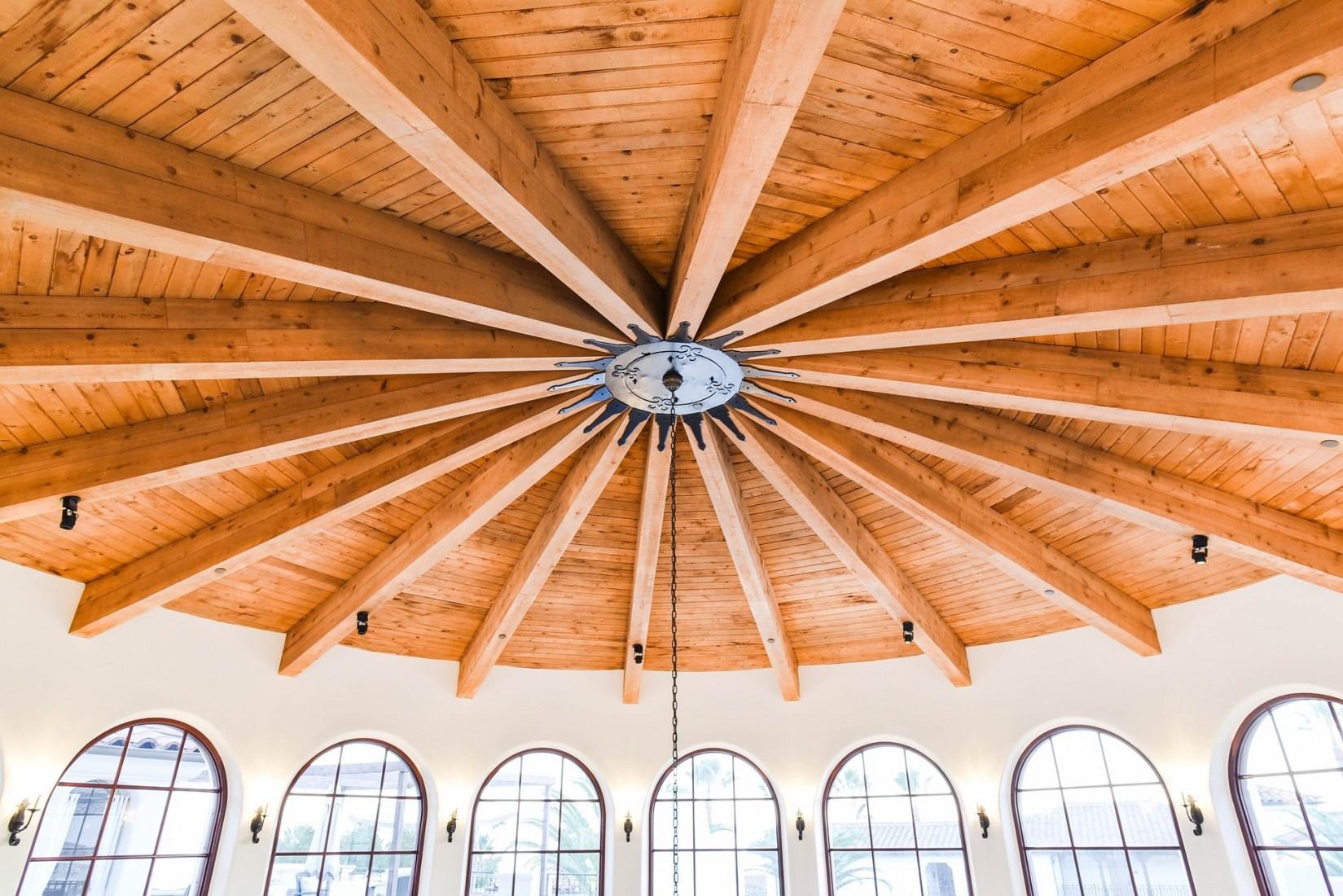 Einfache Holzbalkendecke ohne Füllung – aber in außergewöhnlicher Form. Foto: Pixabay