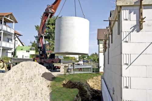 Einbau einer schweren Betonzisterne. Foto: Mall