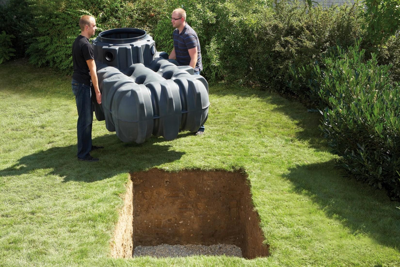 Einbau eines Kunststoff-Flachtanks zur Regenwasserspeicherung. Foto: Graf