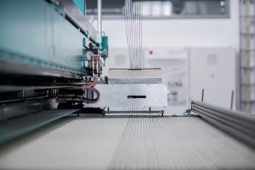 Mit einer Textilmaschine lassen sich Carbon-Garne zu einem textilen Gelege verarbeiten. Foto: Jörg Singer