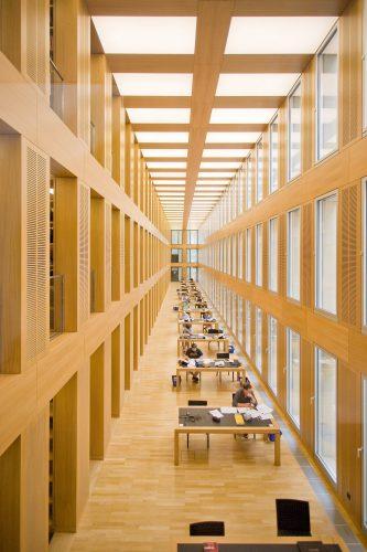 Der mit Furnier gestaltete Lesesaal der Diözesanbibliothek in Münster. Foto: IFN/fj-nasch