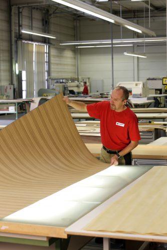 Furnierverarbeitung in der Produktion des Türenherstellers Schörghuber. Foto: Schörghuber