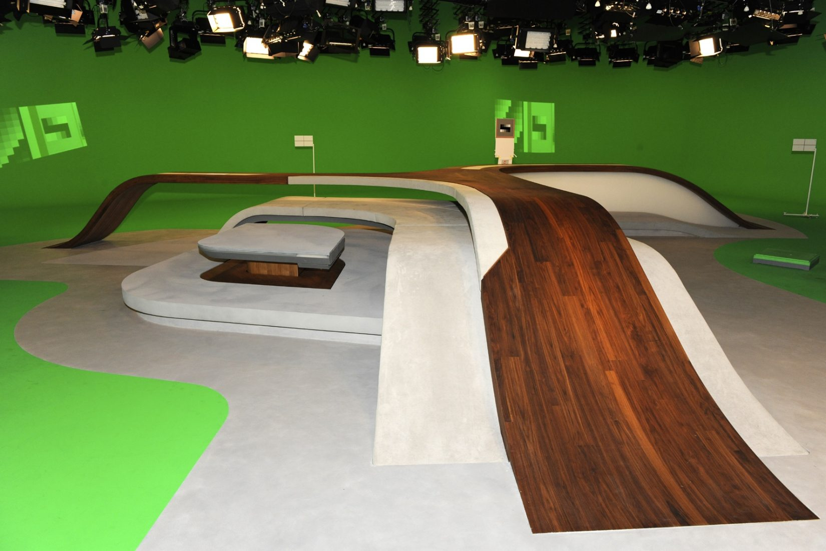 """Der berühmte Tisch im """"heute""""-Studio des ZDF ist mit Nussbaumfurnier beschichtet. Foto: ZDF"""