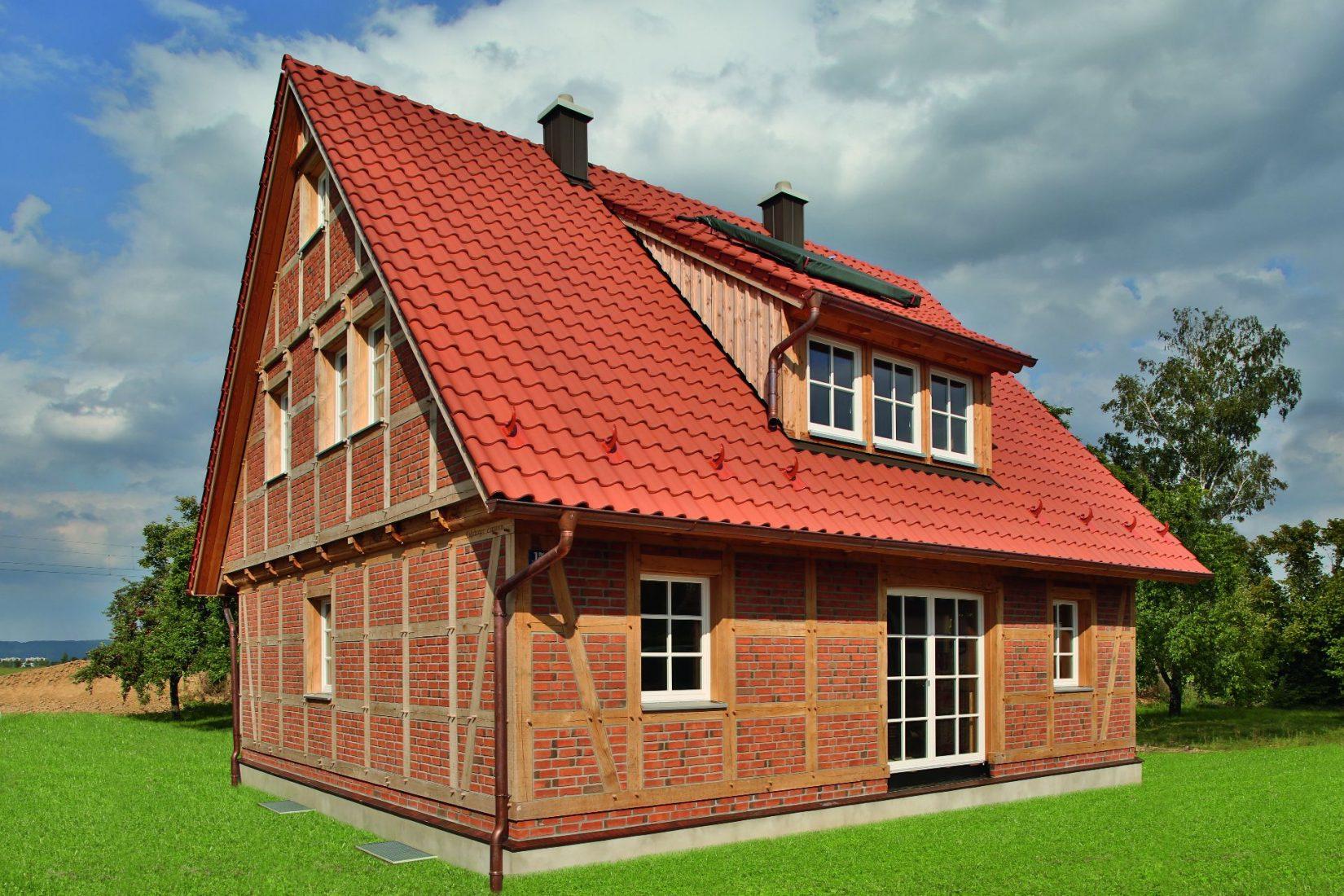Steildach mit rot engobierten Hohlfalz-Ziegeln. Foto: Erlus
