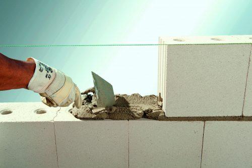 Der weiße Stein ermöglicht kostengünstiges Mauerwerk mit hohem Schallschutz. Foto: Xella