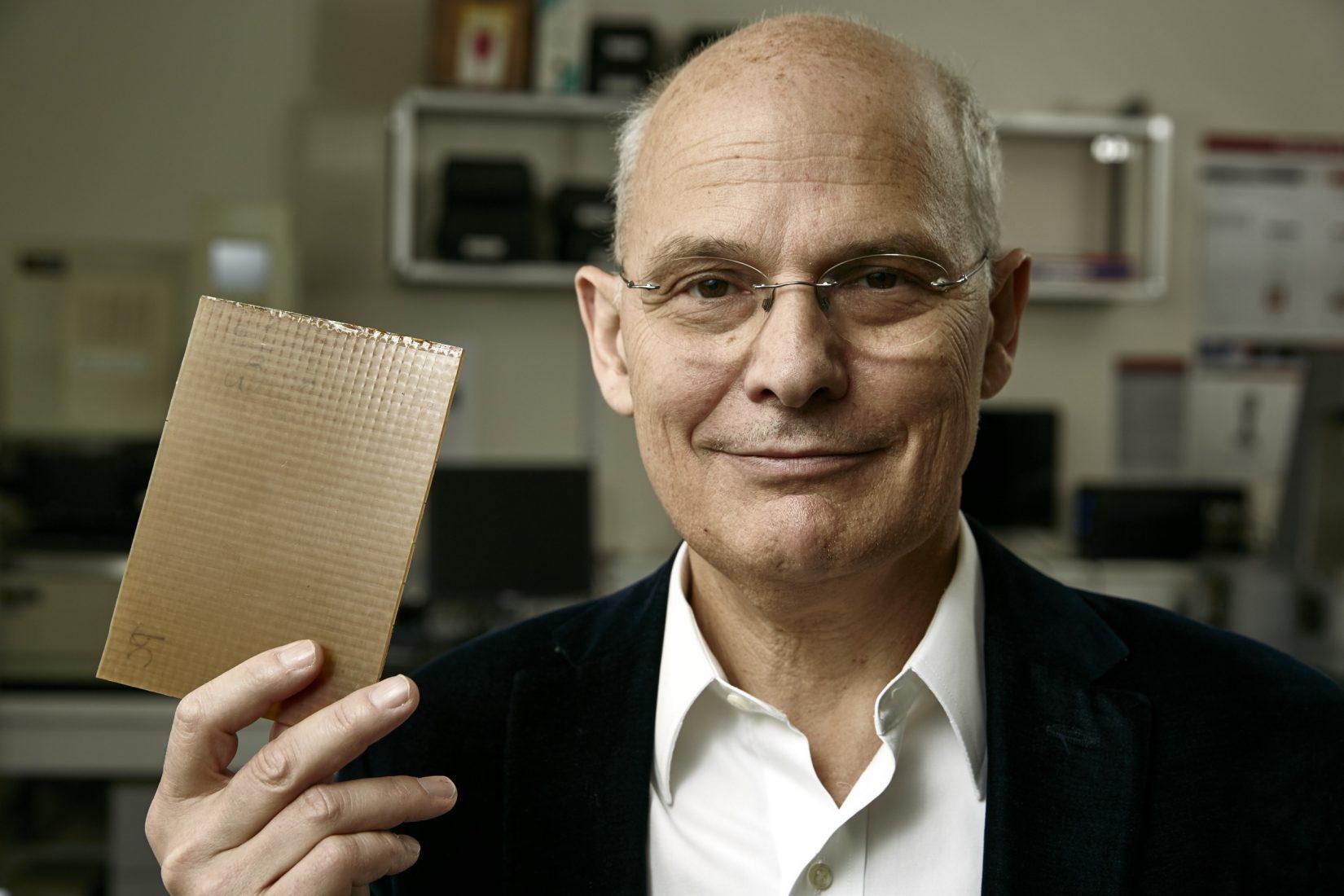 Erfinder Ludwik Leibler mit einer Materialprobe aus Vitrimer-Kunststoff. Foto: Europäisches Patentamt