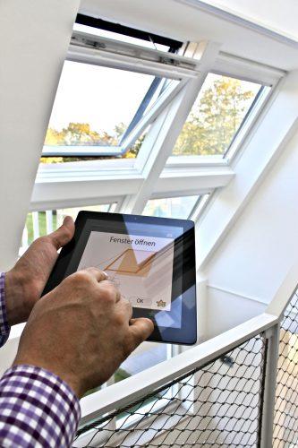 Im Fensterbereich ist die Fernsteuerung übers Internet schon lange gang und gäbe. Foto: Velux