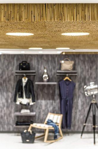 Schallschlucker: Reet-Deckenelement in einem Bekleidungsgeschäft. Foto: Hiss Reet