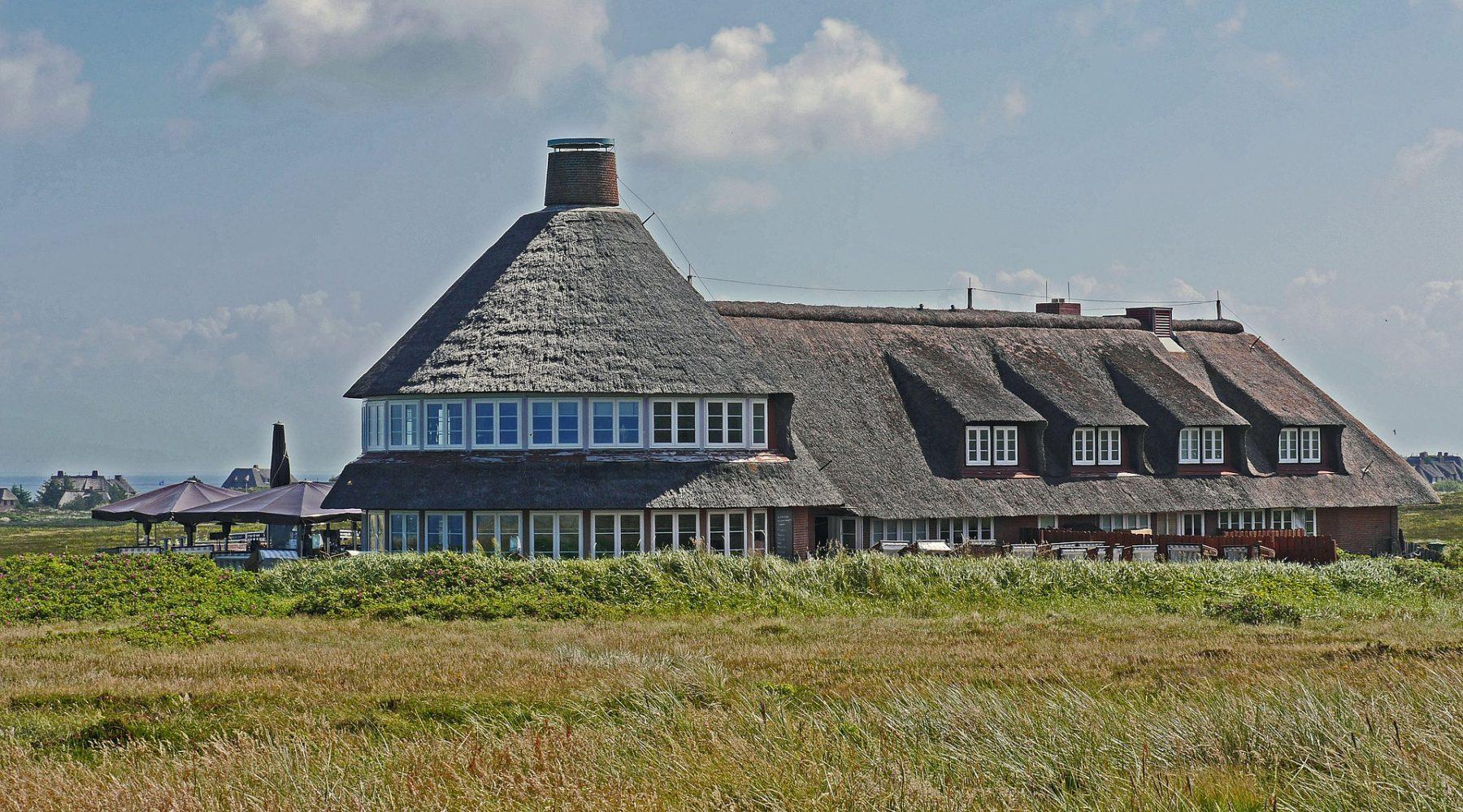 Der Klassiker: Reetdach bei einem Hotel auf Sylt. Foto: Pixabay