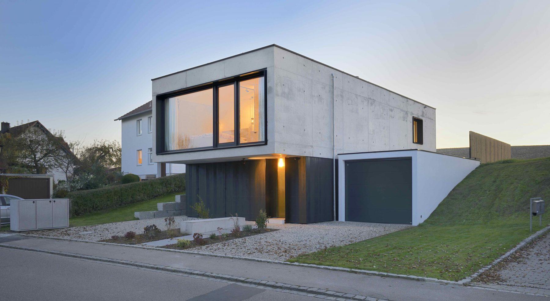 Einfamilienhaus in Aiterbach: Die 50 cm starken Außenwände bestehen aus Infraleichtbeton. Foto: Informations-Zentrum Beton/Peters