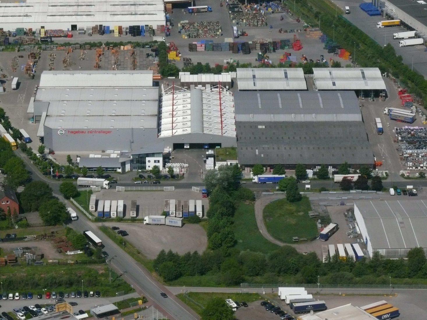 Über große Zentralläger – hier der Hagebau-Standort in Neumünster – könnte man die Warenströme in der Baustoffbranche effektiver bündeln als bisher. Foto: hagebau