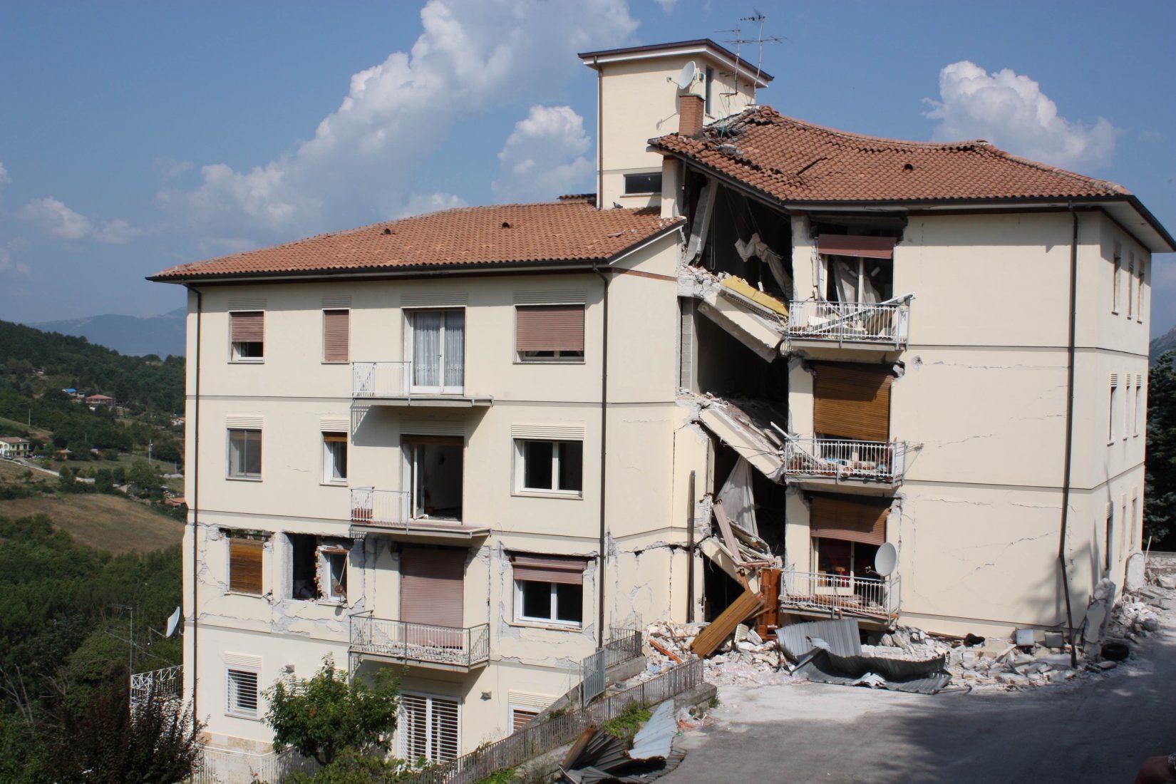 2010: Erdbebenschäden in der italienischen Region L`Aquila. Foto: Helga Dörk / www.pixelio.de