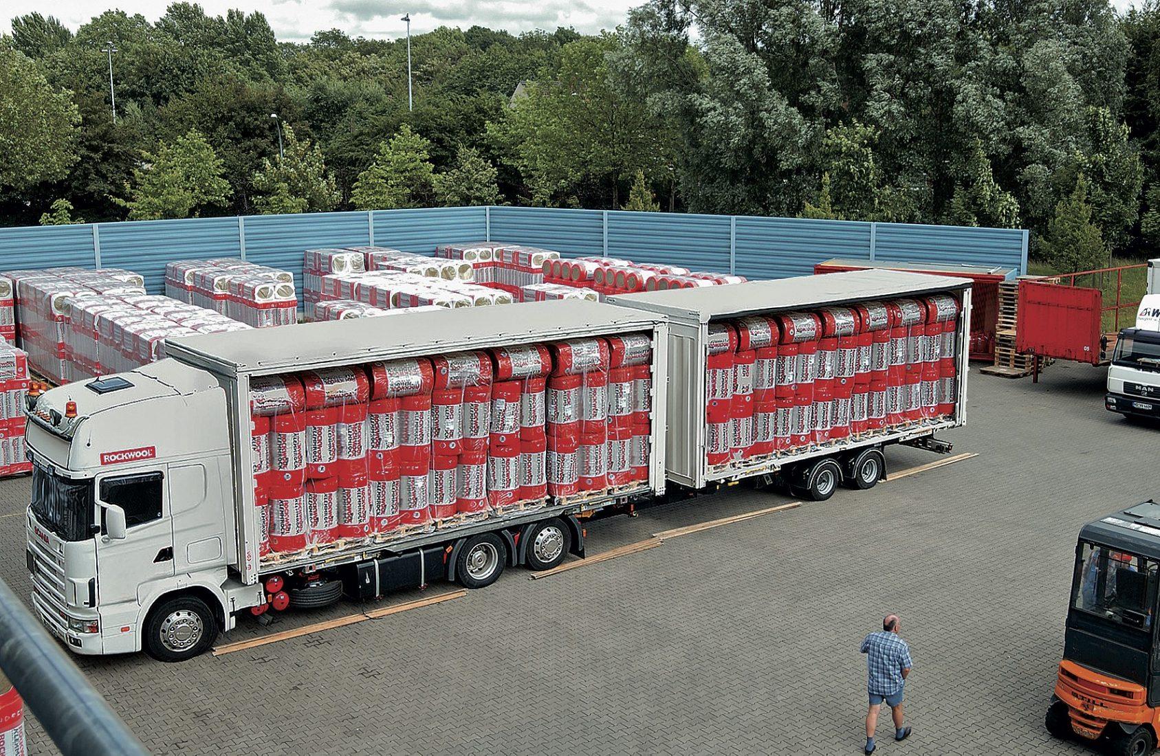 Großvolumige Waren wie Dämmstoffe gelangen oft über Streckengeschäfte auf die Baustelle. Foto: Rockwool