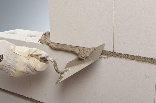 Normalmauermörtel wird in einer Fugenbreite von 12 mm verarbeitet. Foto: Xella