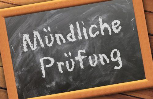 """Tafel mit Aufschrift """"Mündliche Prüfung"""""""