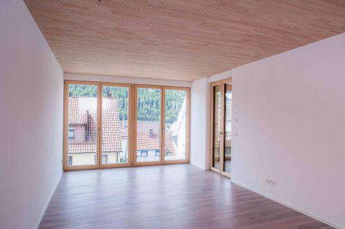 In Baden-Württemberg möglich: Bei diesem Mehrfamilienhaus in Albstadt wurden die tragenden Holzdecken trotz hoher Brandschutz-Anforderungen in Sichtqualität ausgeführt. Foto: Lignotrend