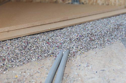Mit Zellulose-Pellets lässt sich eine tragende Dämmschicht im Bodenbereich einfach aufschütten. Foto: Thermofloc