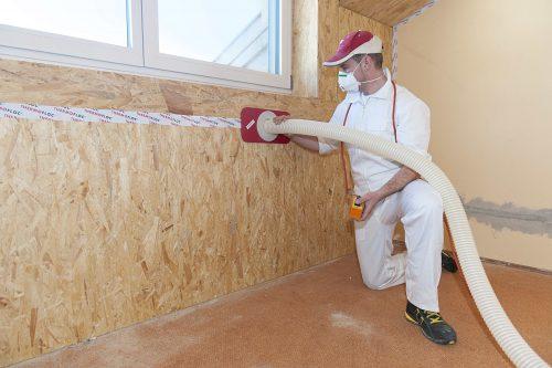Durch vorübergehende Öffnungen gelangt der Zellulose-Dämmstoff auch in abgeschlossene Dach- und Wand-Gefache. Foto: Thermofloc