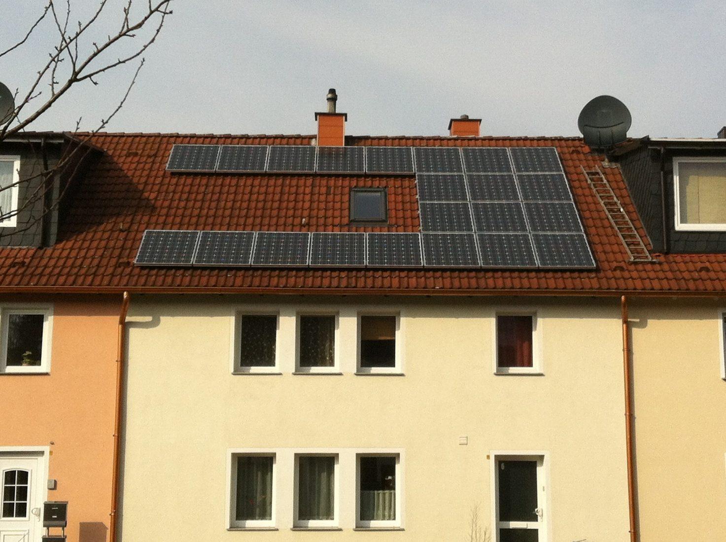 Photovoltaikmodule auf Mehrfamilienhäusern sind nach wie vor eher selten. Foto: Pixabay