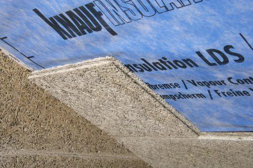 Dachgeschossausbau: Beplankung aus Holzwolle-Platten auf einer Zwischensparrendämmung. Foto: Knauf Insulation