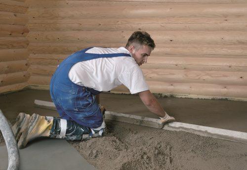 Das Verlegen eines konventionellen Zement-Estrichs ist eine mühevolle Arbeit. Foto: Knauf