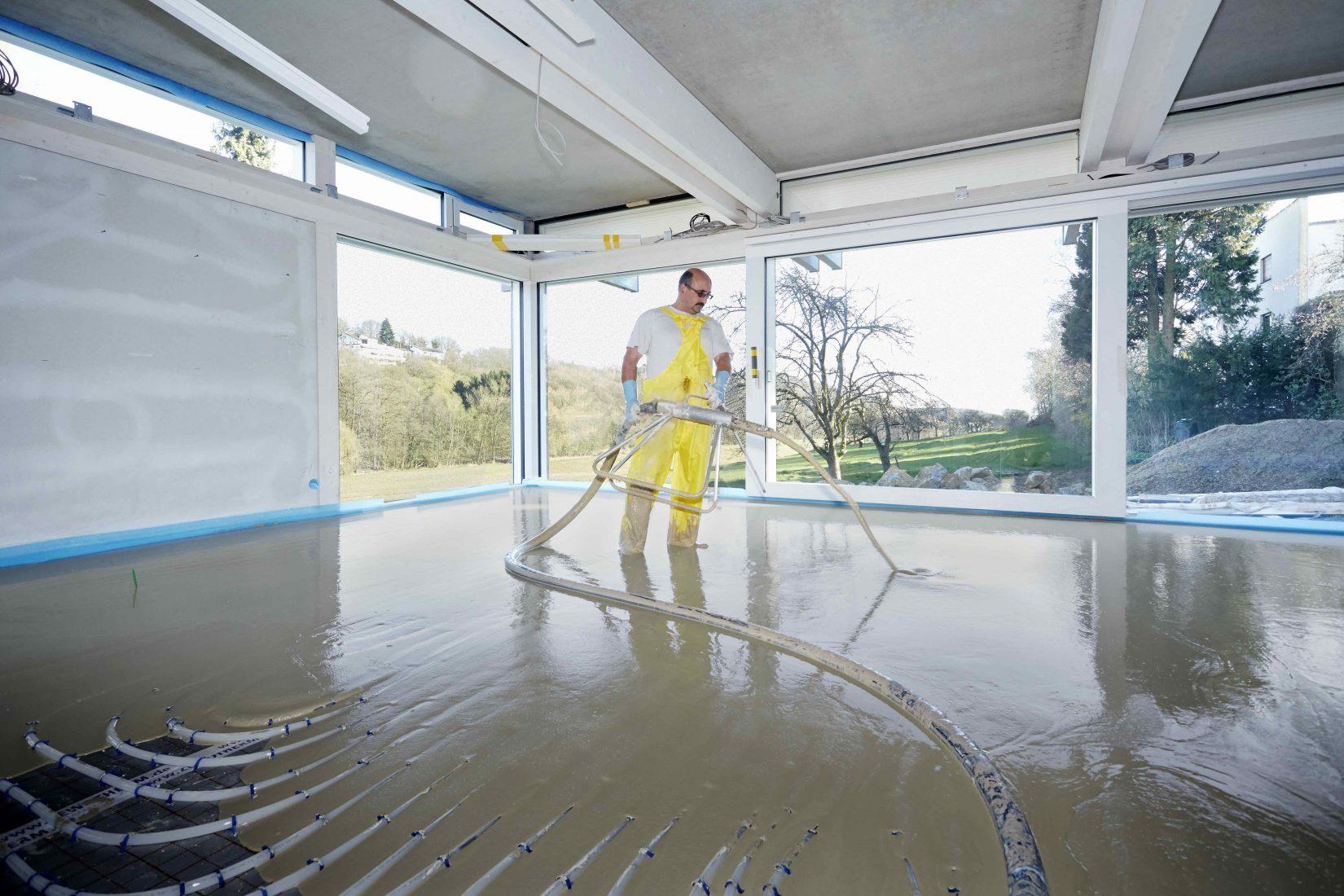 Fließestrich auf Calciumsulfat-Basis – hier in Verbindung mit einer Fußbodenheizung. Foto: Knauf