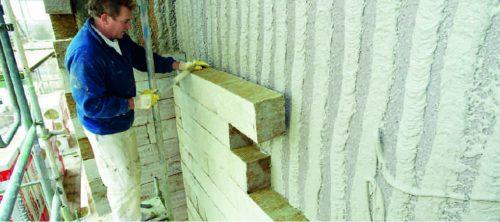 Mineralwolle als Dämmstoff: Verklebung von Steinwolle-Lamellen als WDVS-Bestandteil. Foto: Rockwool