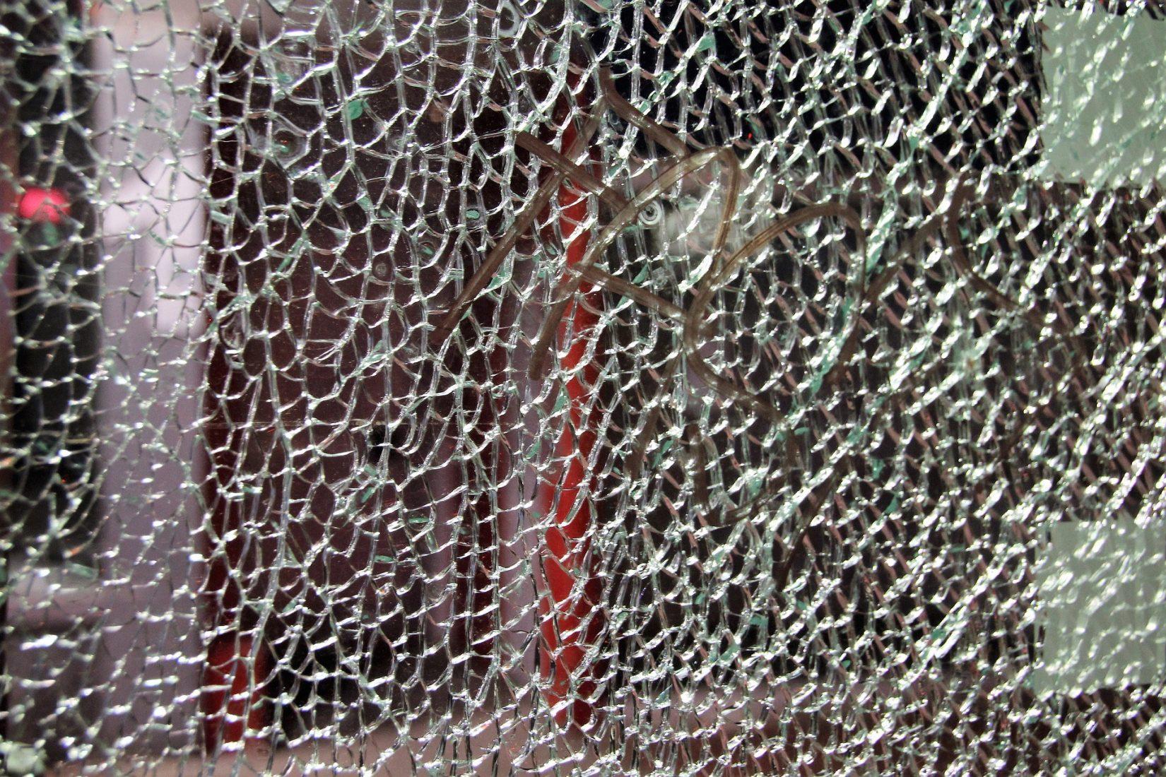 Bei Verbund-Sicherheitsgläsern sorgen reißfeste Folien dafür, dass die Scheibe auch nach Beschädigungen nicht auseinanderfällt. Foto: Pixabay