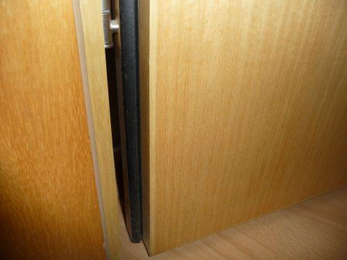 Wohnungstür mit zwei Dichtungsebenen in der Zarge (Braunbeige) und im Türblattfalz (Schwarz). Foto: Grimm