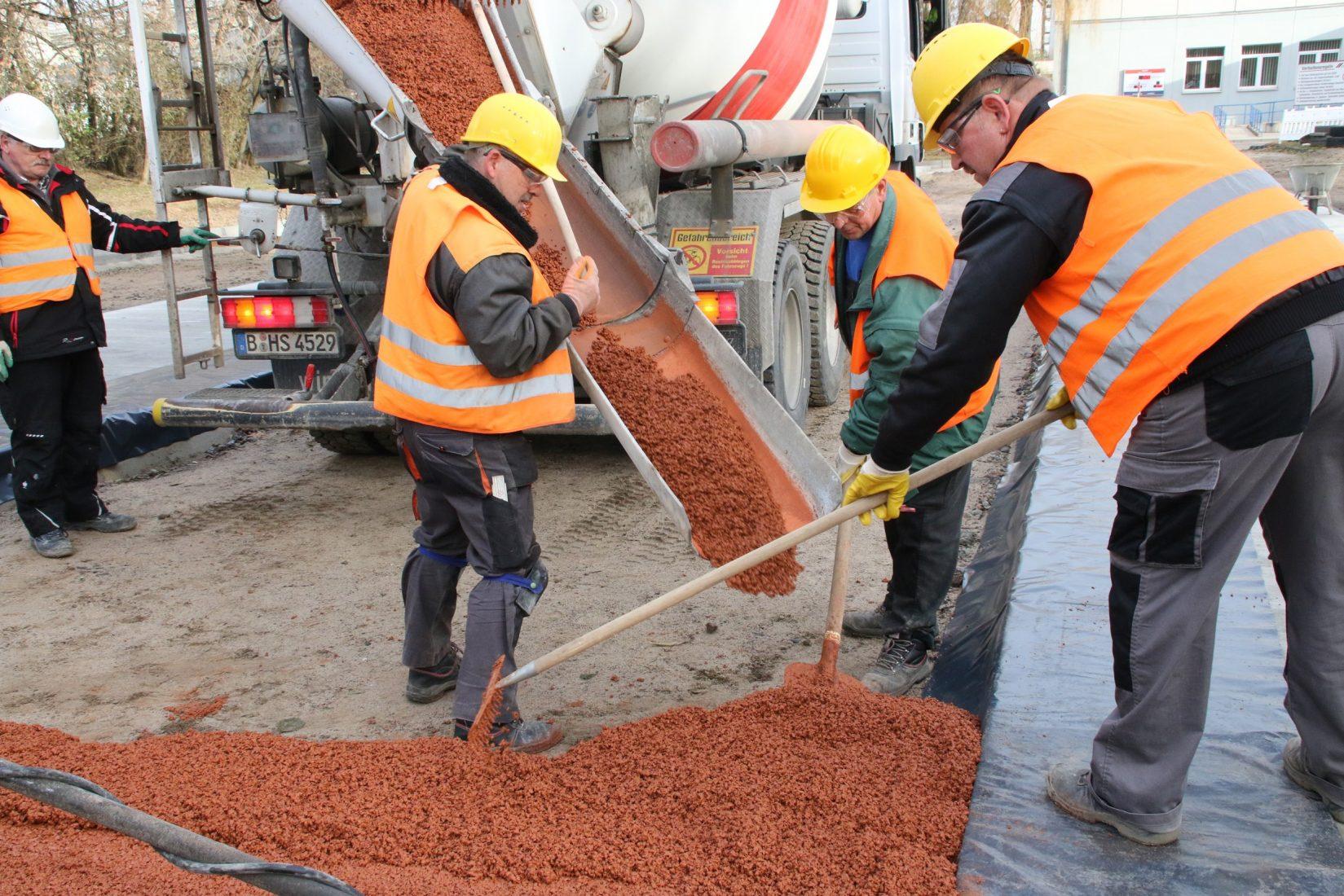 Für den Straßenbau wird Dränbeton als frischer Transportbeton angeliefert. Foto: Cemex Deutschland AG/Annette Lüning